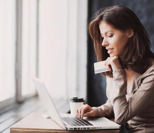 Kobieta dokonująca płatności kartą w internecie